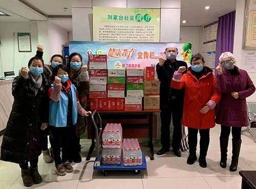 重慶真伊順總經理馬勇剛帶領員工為疫情防控一線的工作人員送食品