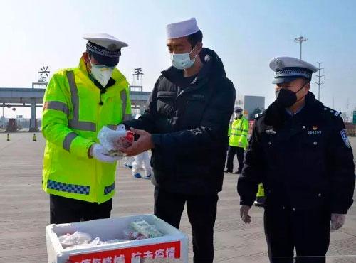 興平馬海山飯莊總經理馬勝利帶領員工為疫情防控一線工作人員送盒飯