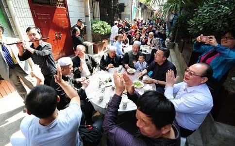 小巷年年办家宴 社区就像一个家